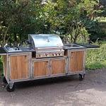 Gartenküche Iron aus Java Teakholz mit Santos Einbau Gas Grill, 2er-Kochfeld, Edelstahl-Spüle und Granit Arbeitsplatte