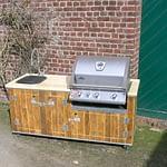 Garten-Küche Country mit Napoleon Gas-Grill Bilex 485, Mischbatterie und Warmwasserboiler