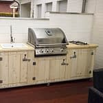 Aussen Küche Country Vintage weiß mit Napoleon Bilex 485, 2er Kochfeld, Keramik-Spüle und Kühlschrank