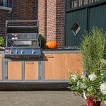 Outdoorküche Iron in Holz-Optik mit Napoleon Gas-Grill, 2er Gas-Kochfeld, Spühlbecken aus Edelstahl und Arbeitsplatte Nero Assoluto aus Granit