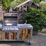 Gartenküchen Iron mit Napoleon Gas Grill Bipro 500, 2er Gaskochfeld, 50 Liter Kühlschrank und Granit Arbeitsplatte
