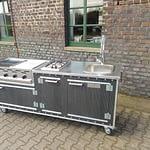 Draußenküche Country Modell WPC mit Edelstahl Arbeitsplatte, 4 Brenner Gastro Gasgrill und 2er Gaskochfeld (inklusive Platz für 12 kg Gasflasche) und 50 Liter Kühlschrank