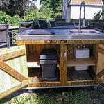Außenküche Country Muddy mit Ceran-Kochfeld Innenleben mit Boiler und Abfallbehälter