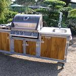Outdoor-Küche Iron Bamboo mit Gasgrill Napoleon Bilex 485, 2er Kochfeld und Kühlschrank