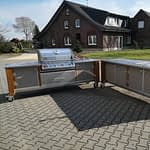 Outdoorküchen Lux, 2 Teilig mit Gas Grill Napoleon Bilex 605 mit 3 Brenner und Infrarot Strahler und Sizzle Zone, 2er Kochfeld, Kühlschrank und großer zweiteiliger Spühle