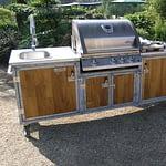 Außenküche Iron Holz mit Gas Grill, Kochfeld und Edelstahl Waschbecken