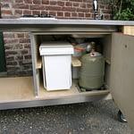 Garten Küchen Lux - Innenleben mit Abfallbehälter, Boiler und Gasflasche