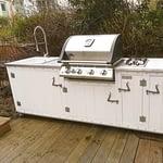Garten-Küche Country Vintage weiß mit Napoleon Bilex 485 Gasgrill, 2er Kochfeld, Keramik-Spüle und Kühlschrank