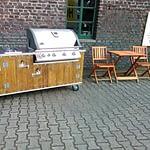 Draussenküche Country Muddy mit Gas Grill Napoleon Bilex 605 mit Sizzle Zone und Kühlschrank