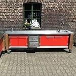 Zweiteilige Outdoorküche Lux in rot mit zweiseitige Türen