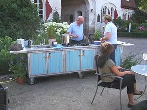 Auf unsere Gartenküche draußen im Garten Grillen und Kochen