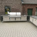Zweiteilige Aussen-Küche Lux in Schwarz & Beige mit Gasgrill Napoleon Bi Pro 825