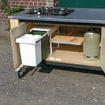 Gartenküchen Lux - Innenleben mit Kochfeld, Abfallbehälter und Gasflasche