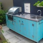 Aussenkueche Country in Turquoise mit Gas-Grill und Gas-Kochfeld