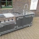 Gartenküche Country Modell WPC mit Edelstahl Arbeitsplatte, 4 Brenner Gastro Gasgrill und 2er Gaskochfeld (inklusive Platz für 12 kg Gasflasche) und 50 Liter Kühlschrank