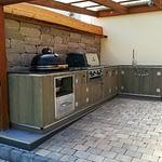 Garten Küche Country mit Seitenbrenner von Broil King und Broilking Einbau Gasgrill 490 Pro Build in mit Platz für 12 kg Gasflasche, Kamado Keramik Holzkohlegrill und Nero Impala Granit Arbeitsplatte