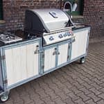 Outdoorküche Iron in Weiß mit Napoleon Gas-Grill und 2er Kochfeld