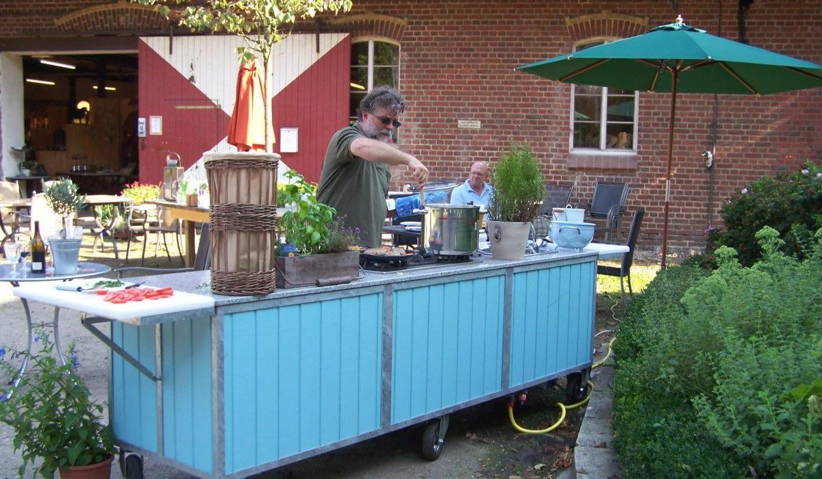 Paul Steman kocht draußen an seiner Gartneküche Classicblue