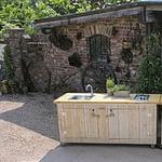 Gartenküche Country Kochinsel 2 Teilig mit Gasgrill Napoleon Bilex 485, 2er Kochfeld, Gastro-Grill mit 5 KW Brenner, 50 Liter Kühlschrank und Edelstahl-Spühlbecken